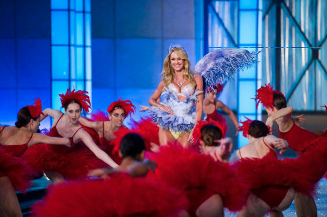 Candice-Swanepoel-opening-VS-2011-Ballet-section