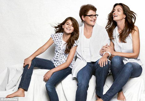 Cindy Crawford Posing With Her Mother And Daughter