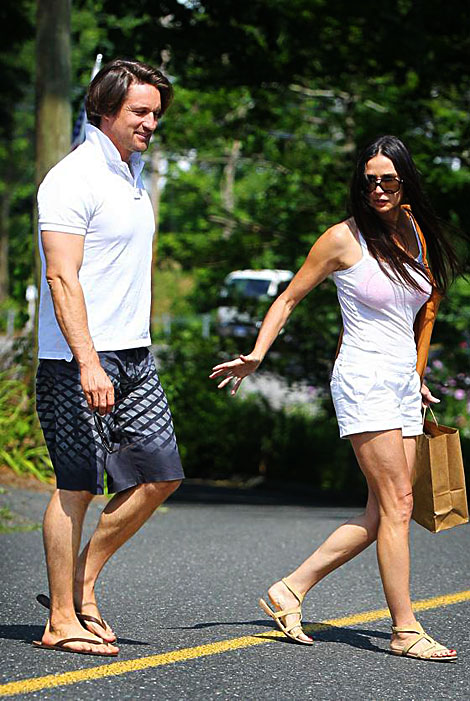 demi moore dating martin henderson Martin henderson girlfriend was rumored to be demi moore the couple was caught by paparazzi just after demi's split with ashton kutcher martin denied the rumors and insisted that he had just supported demi.