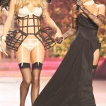 Doutzen Kroes tangled in Rihanna s skirt during Victoria s Secret 2012 show