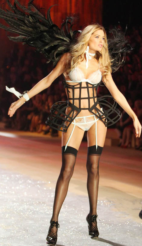 Doutzen Kroes wings Victoria s Secret 2012 Show