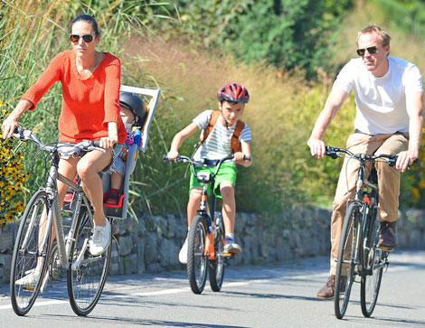 Jennifer Connelly, Paul Bettany And Kids NY Bikes: Specialized Sirrus Bike