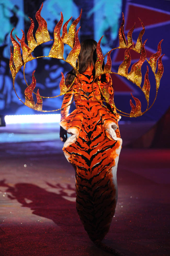 Joan Smalls tiger costume Victoria s Secret 2012 show