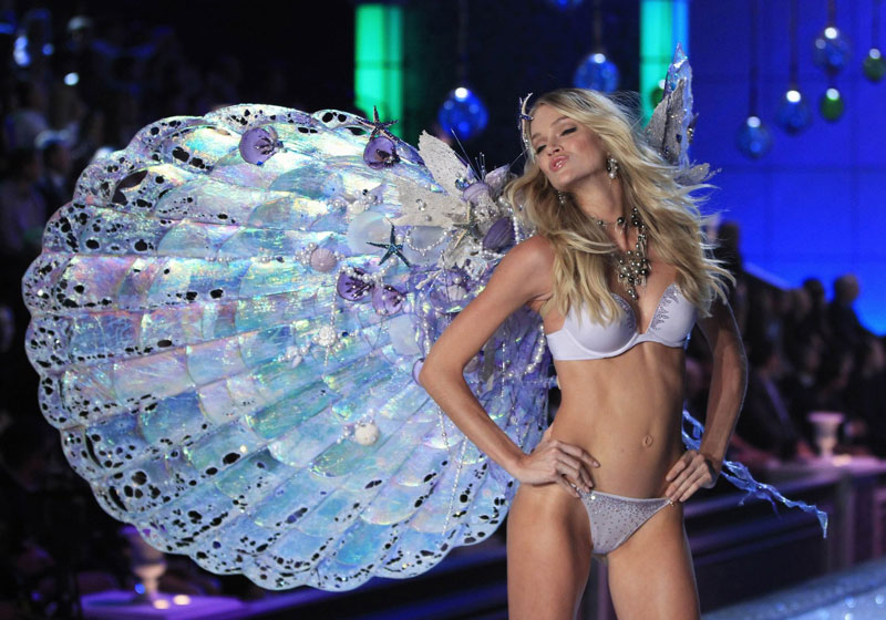 Lindsay Ellingson posing for Victoria s Secret