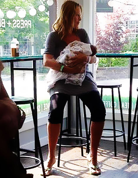 Here's Uma Thurman Holding Her Newborn Baby Girl!