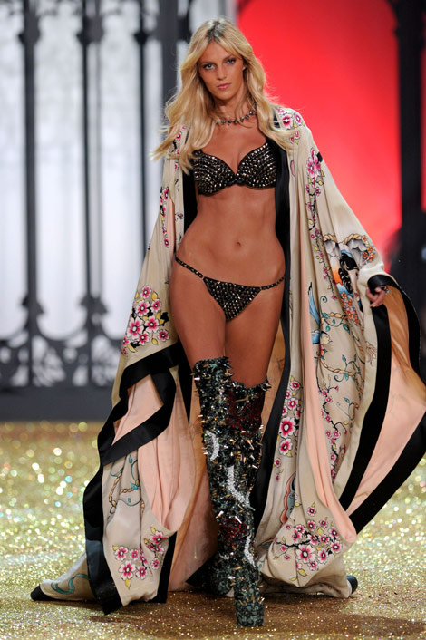 Anja Rubik Victoria s Secret Fashion Show 2010 catwalk