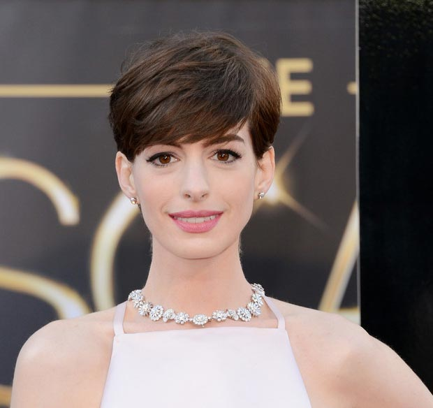 Anne Hathaway 2013 Oscars makeup jewelry