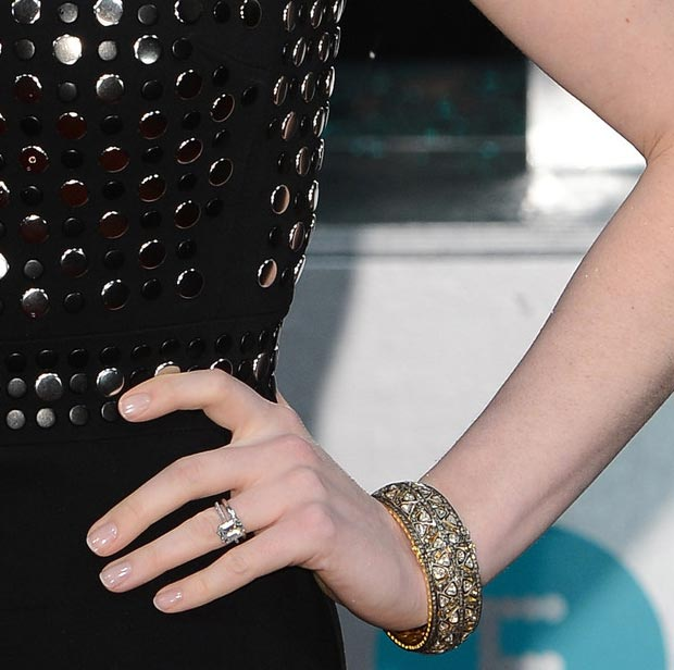 Anne Hathaway jewlery nails 2013 BAFTA Awards