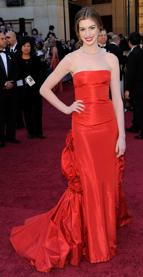 anne hathaway red dress oscars