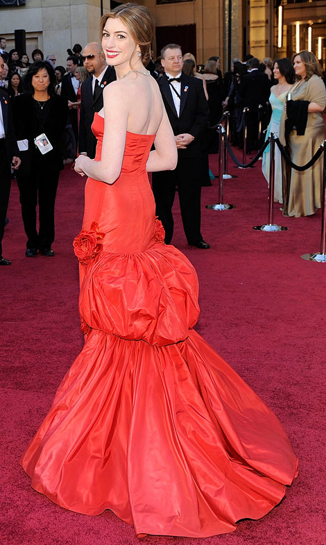 Anne Hathaway red Valentino dress back 2011 Oscars