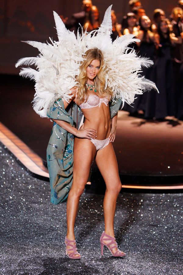 Doutzen Kroes Victoria s Secret 2009 show 3