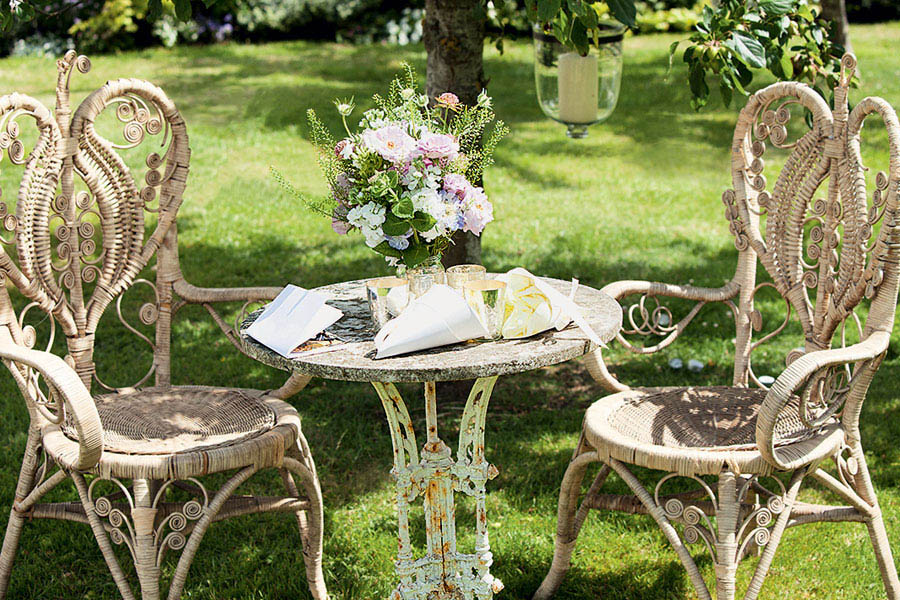 garden wedding arrangement Kate Moss