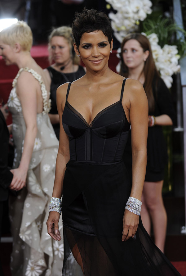 Halle Berry's Black Nina Ricci Dress For Golden Globes 2011
