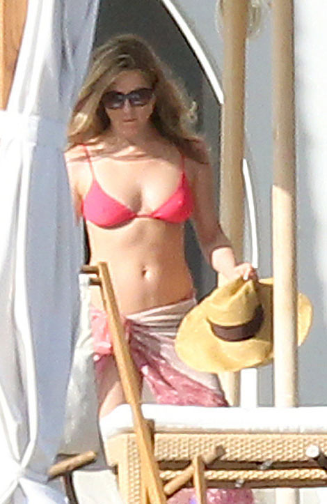 Jennifer Aniston showing her body still not pregnant