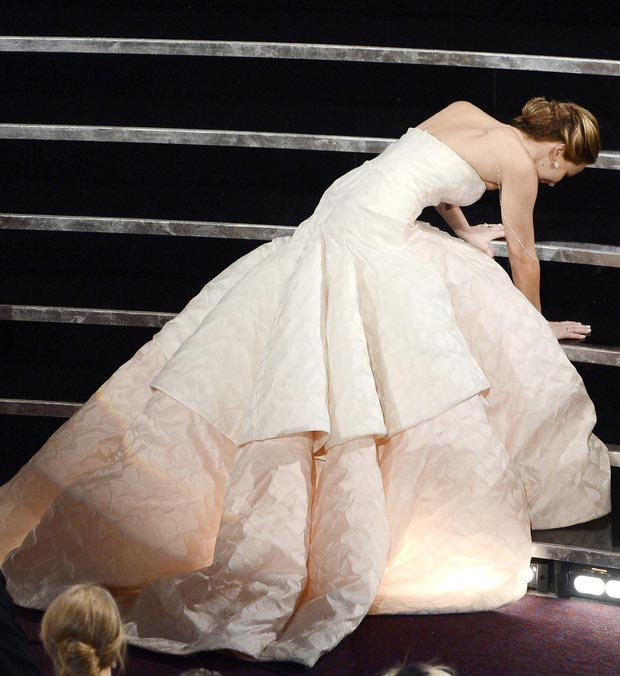 Jennifer Lawrence Oscars 2013 win falls on stage