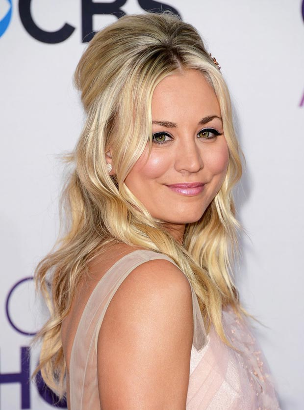 Kaley Cuoco s hair and makeup People s Choice Awards 2013