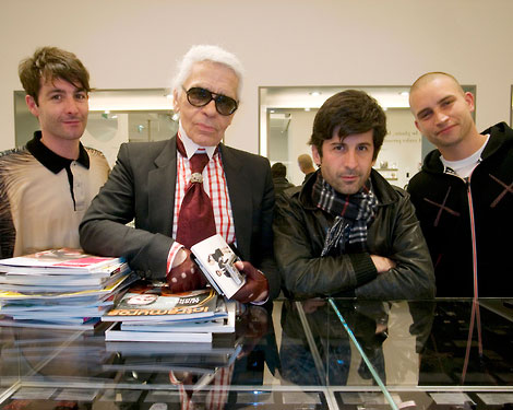 Karl Lagerfeld Reads Magazines!