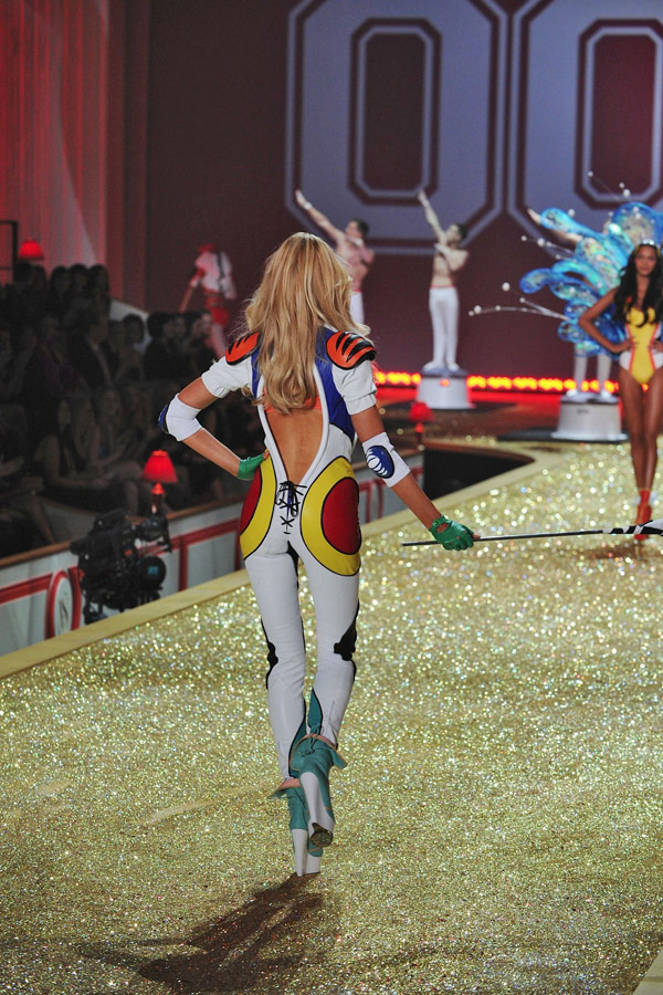 Karolina Kurkova Victoria s Secret Fashion show 2010 1