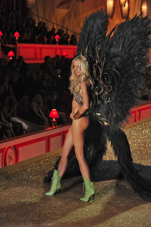 Karolina Kurkova Victoria s Secret Fashion show 2010 3