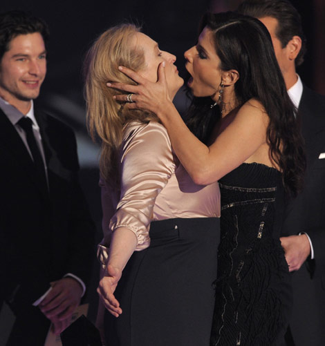 Meryl Streep Sandra Bullock Kiss Critics Choice Awards 2010 2