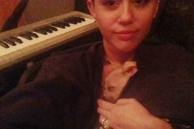 Miley Cyrus tweeting picture with wedding ring