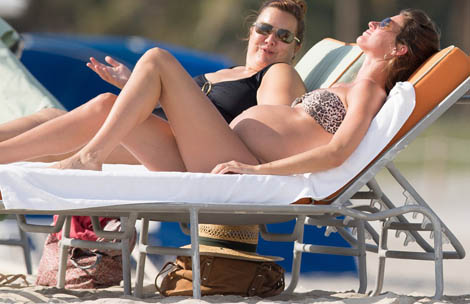 pregnant women can get a tan Gisele Bundchen at the beach