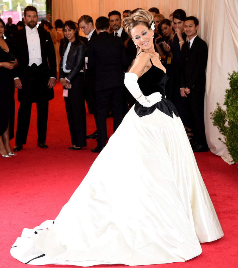 2014 Met Gala Fashion: Sarah Jessica Parker Black And White Oscar de la Renta Petal Dress