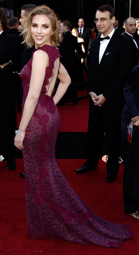 Scarlett Johansson purple Dolce and Gabbana dress 2011 Oscars