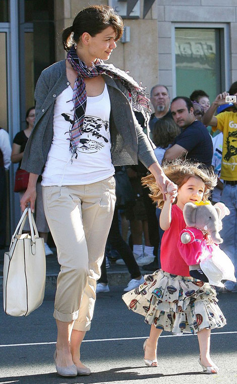 Suri Cruise Wearing High Heels Shoes. Wait, What?