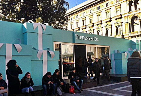 Tiffany Christmas tree Milan boutique entry